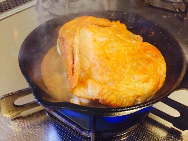 熱したフライパンに油を敷き、鶏モモ肉の表面がカリッとする位焼きます。