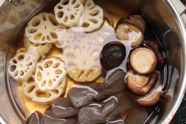 鍋に下味用調味料(〇)、①のれんこんと椎茸、②の里芋とこんにゃくを入れ火にかけ、煮立ったら味付け調味料(●)を加えて、弱火にし20分程度煮ます。 さらにしょうゆを加えて落し蓋をして10分程度煮ます。