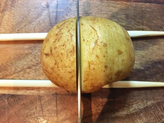 ジャガイモに3〜4ミリの切り込みを入れて、でんぷん質を洗い流します。 割り箸の上にジャガイモを置いて切り込みを入れると上手にきれますよ♫