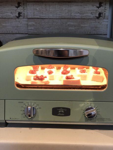 豆腐にくるみ味噌を塗り、オーブントースターで3分程加熱します。 くるみ味噌が固い場合は、少量のみりんで溶いて塗って下さい。