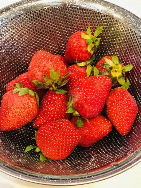 苺を洗いヘタを取って1cm角に切り分けます。