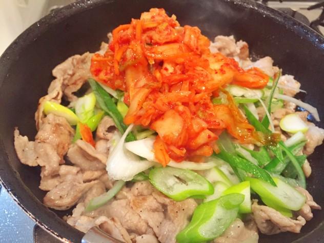 再度、フライパンにゴマ油を熱し、長ネギ、豚バラスライスを炒め、最後にキムチを入れて炒め合わせます。