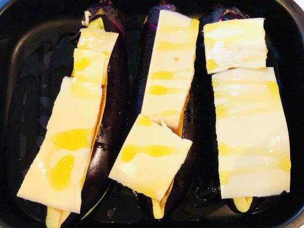 グリルパンに並べ、上からオリーブオイルをかけて蓋をします。 魚焼きグリルで10分程焼きます。