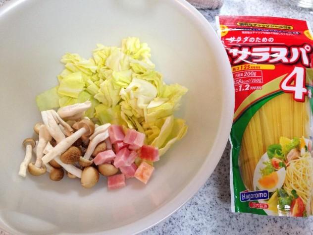サラスパを茹で、フライパンにオリーブオイルとニンニクを入れ、春キャベツ、しめじ、ベーコンと合わせて炒めます。