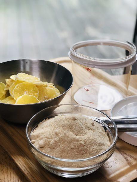 きれいに洗ったレモンの皮を剥いてスライスします。