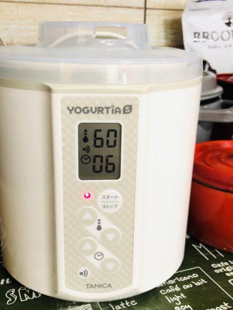 蓋をしてヨーグルティアに入れ、設定温度60度、タイマー6時間にセットしてスタート!