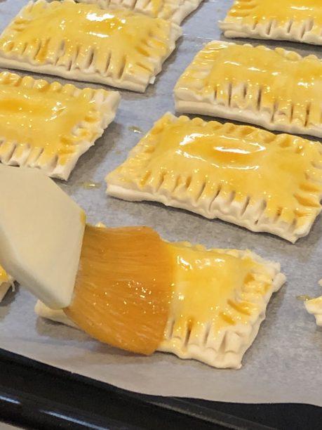 卵黄を塗り、200度に予熱したオーブンで15分焼きます。