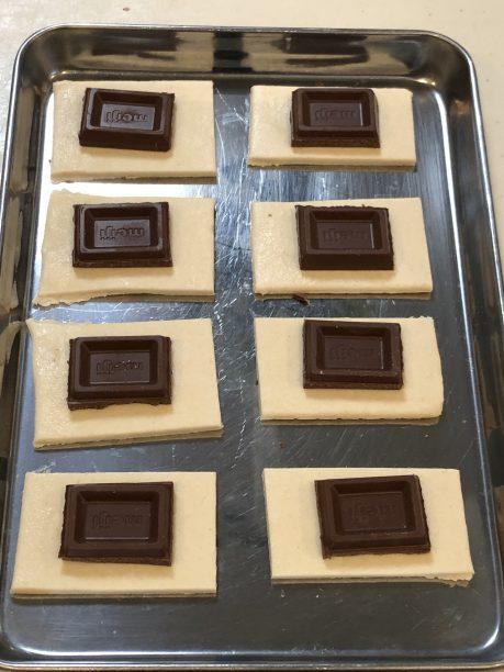 冷凍パイシートを板チョコ1個分が乗るサイズにカットし、板チョコを乗せていきます。