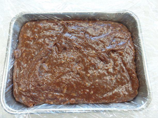お餅が溶け、全体が滑らかになったら、ラップを敷いたバットに入れ、冷蔵庫で30分~1時間程度冷やします。