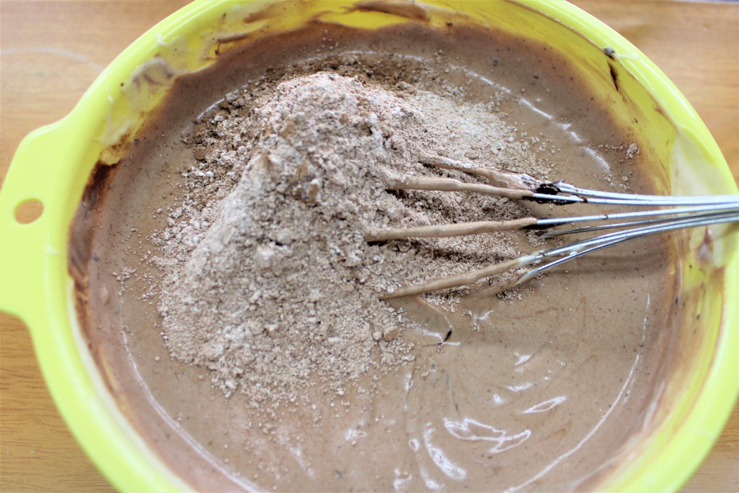 ③に①の粉類を入れ、軽く混ぜます。