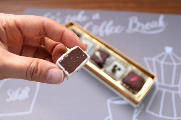 固まらないうちにお好みのトッピングをのせ、冷蔵庫で約20分冷やし固めます。 ホワイトチョコレートも同様にコーティングして完成です!!