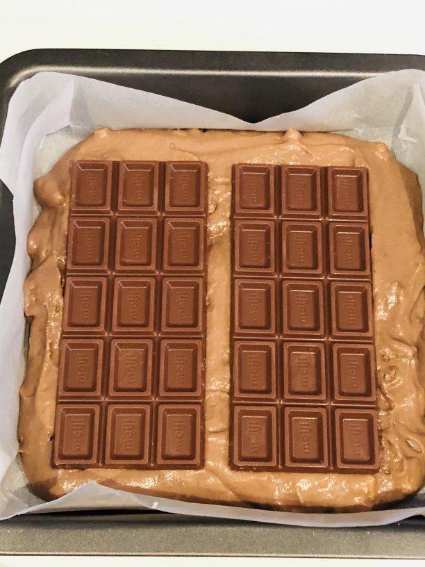 板チョコを乗せます。