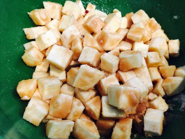 砂糖と塩をまぶして15分放置します。 砂糖が溶けてシロップ状になります。