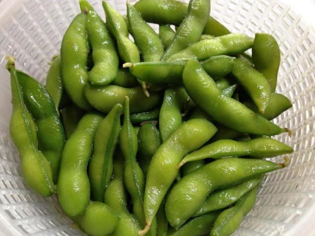 冷凍枝豆を解凍します。