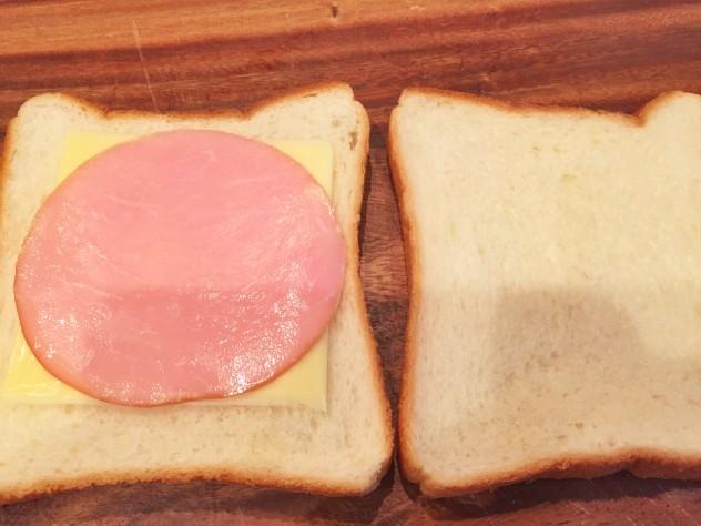 食パンにハムとチーズをサンドします。