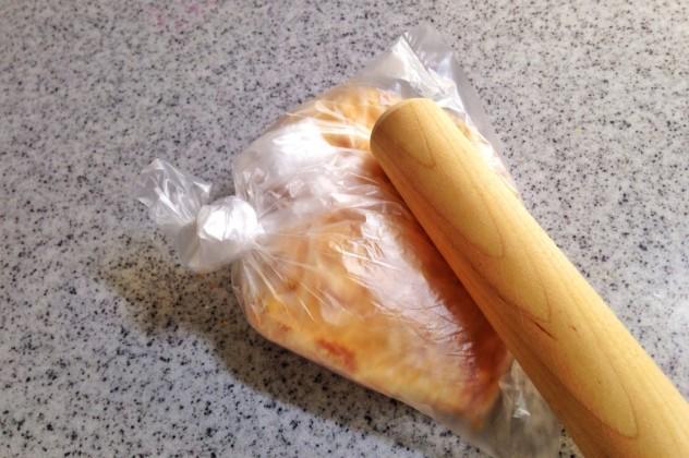 クラッカーを袋に入れて細かく砕きます。 この時、袋を2枚重ねにすると破れません。