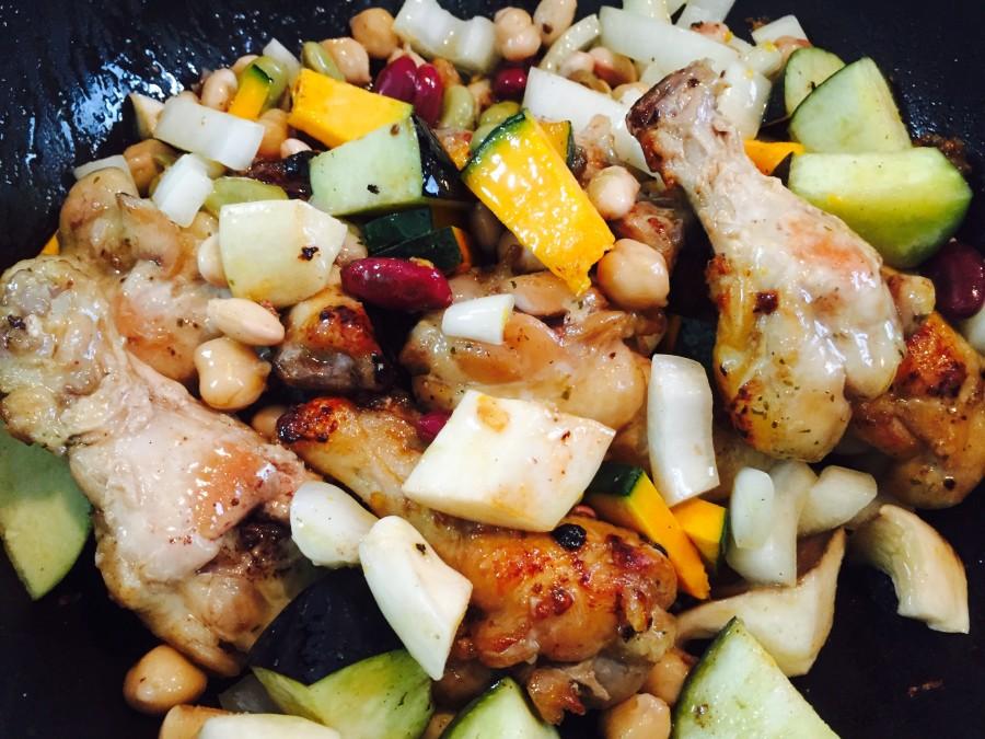 鶏肉の色が変わってきたら、ナス、人参、玉ねぎ、ひよこ豆を入れて炒めます。