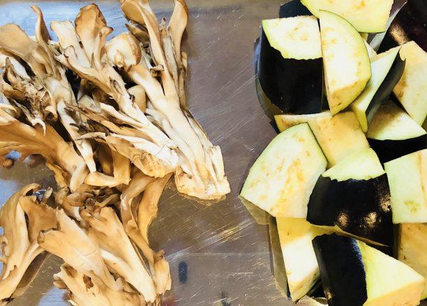 秋茄子、舞茸は一口大に切り分けます。