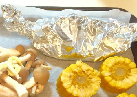 オーブンの天板にクッキングシートを敷き、お好きな野菜、ホイルに包んだイカを乗せて、180℃に余熱したオーブンで15〜20分焼きます。 途中、野菜は火が入りすぎてしまうので取り出してください。