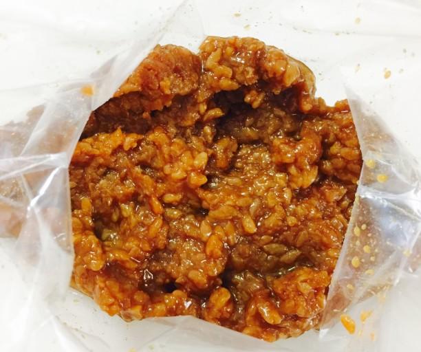 保存袋に、味噌とみりんを混ぜ合わせます。