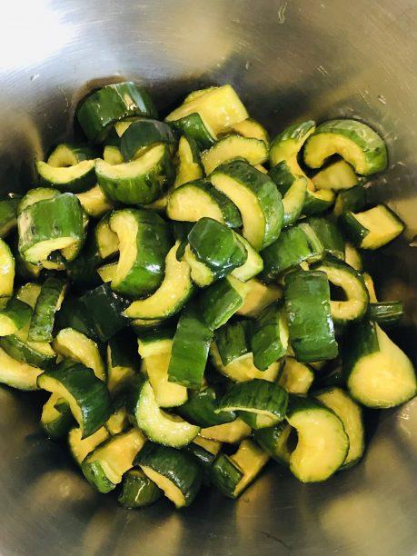 冷めたらキュウリを取り出し、鍋の煮汁を再び沸騰させます。