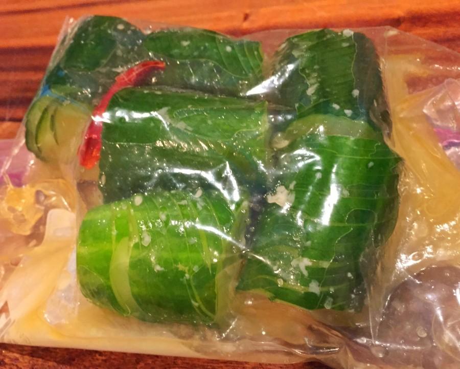 ③のきゅうりを6等分に切り、タレ調味料(●)と一緒に保存袋に入れて優しく揉み込みます。
