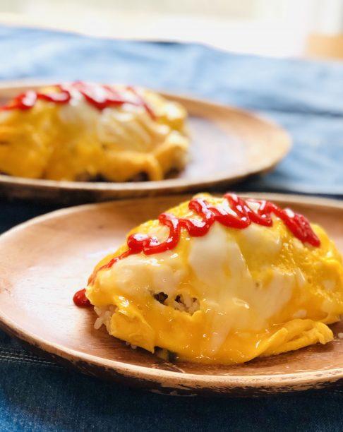 別のフライパンで卵を焼き、チャーハンに乗せたらできあがり♪