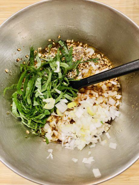合わせた調味料にネギ、大葉を入れて混ぜます。