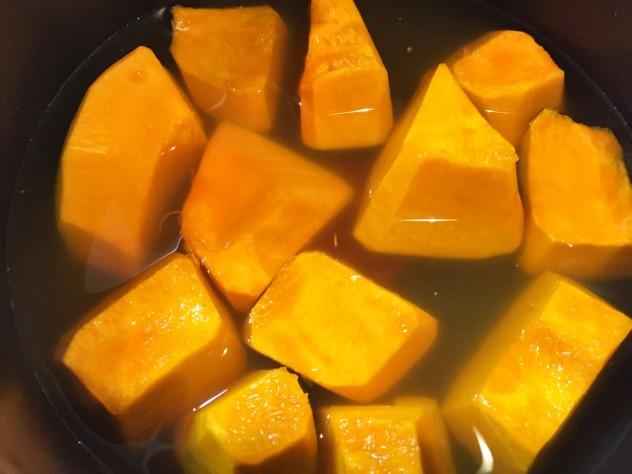 鰹昆布だしとかぼちゃを入れ、中火で煮ます。