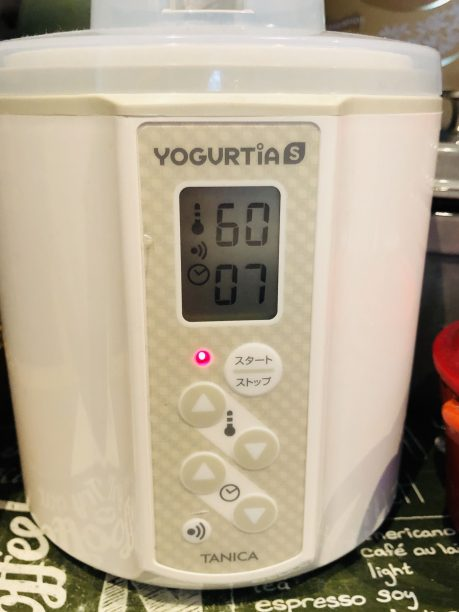 蓋をしたらヨーグルティアにセットし、温度60度、タイマー7時間にセットしスタート!