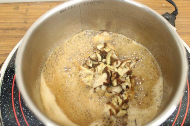 椎茸の甘辛煮の調味料(●)を鍋に入れ煮立たせてから、①の椎茸を入れます。