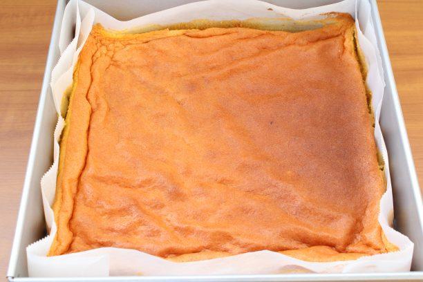 焼きあがったらケーキクーラーの上で冷まします。 クッキングシートは剥がさずそのままです。