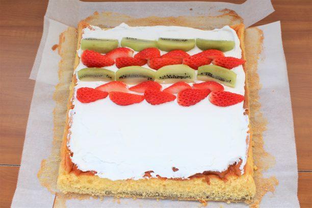 ヨーグルトクリームを塗り、カットしたフルーツを並べ、巻きすで丁寧に巻きます。