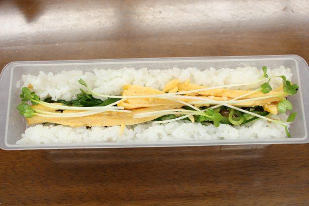 太巻き専用容器にすし飯→具材→ご飯の順に入れていき、上から型で押します。