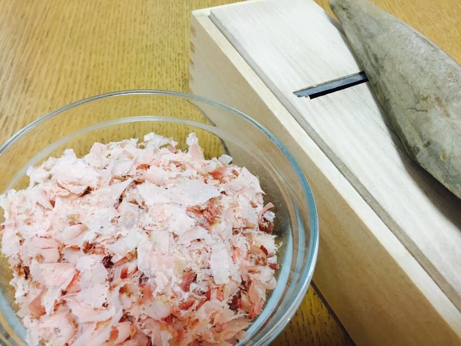 鰹節を厚めに削ります。