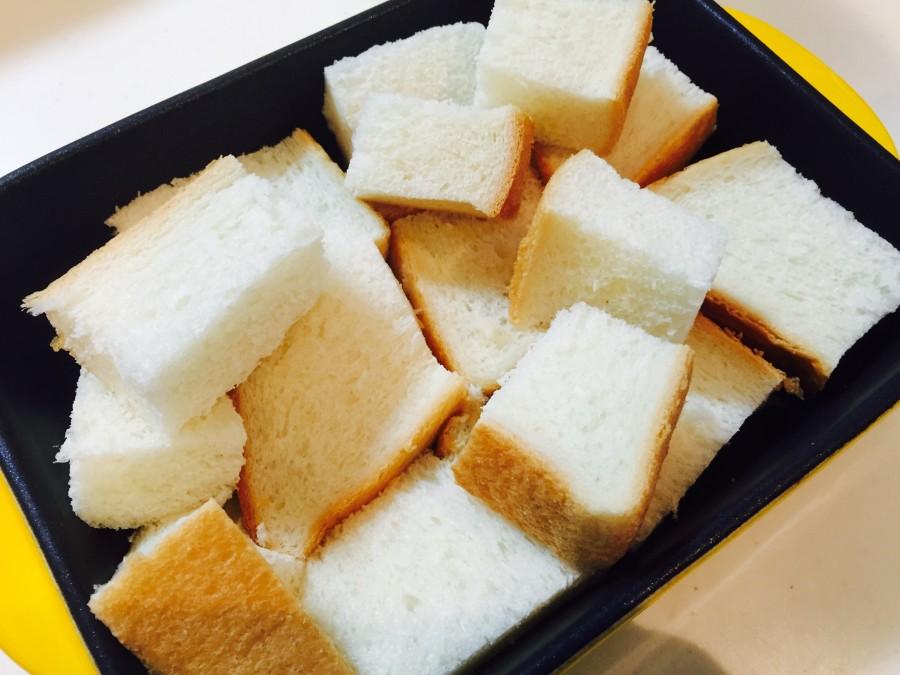耐熱容器に一口に切った食パンを入れます。