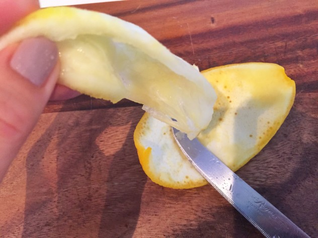 皮の内側の白い部分が柔らかくなったら、スジと白い部分を取り除きます。