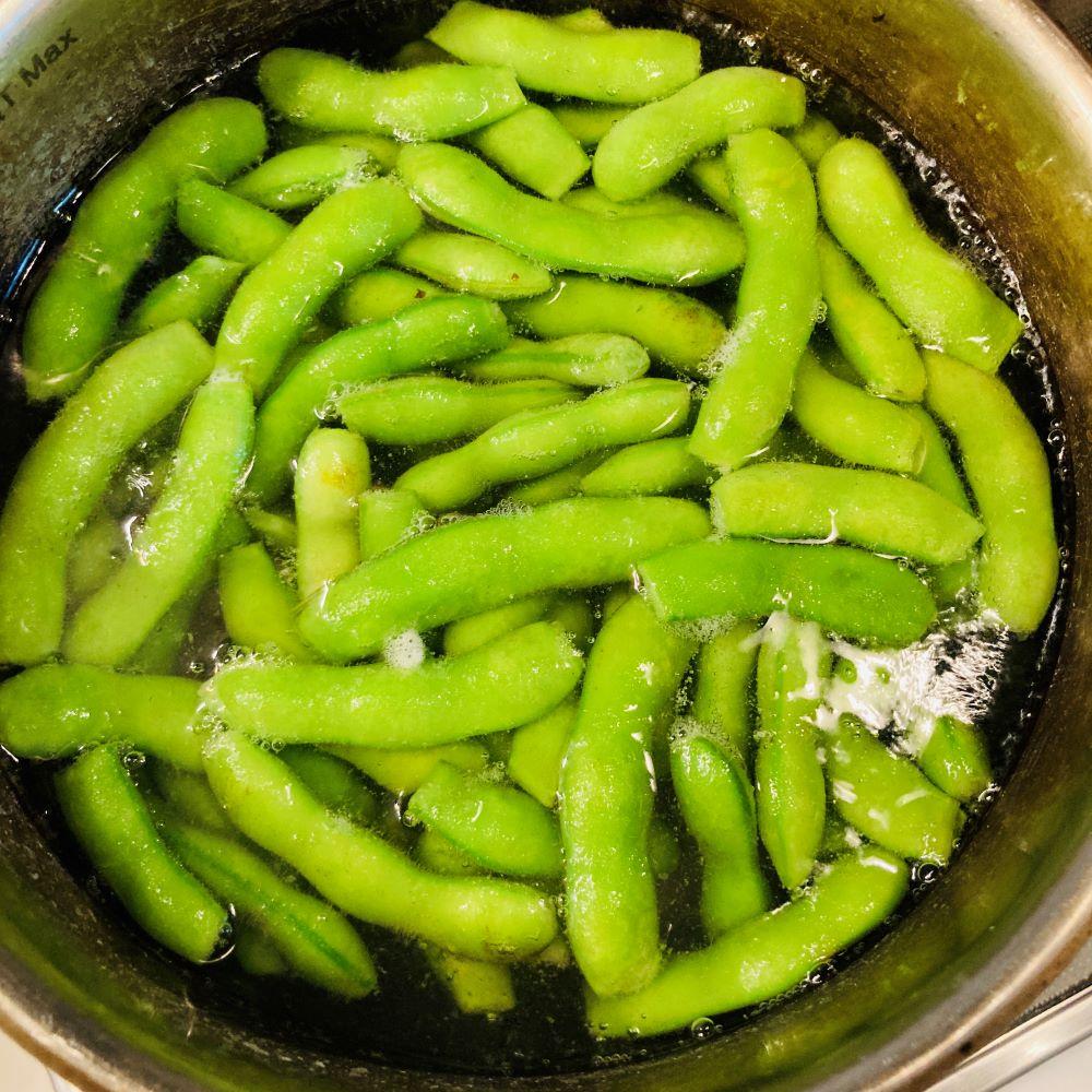 沸騰したお湯に小さじ2の塩と枝豆を入れて3分茹でます。