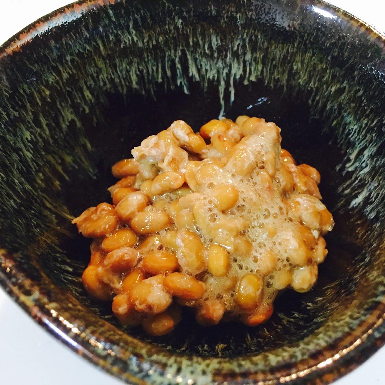 納豆を付属のタレと一緒によく混ぜます。